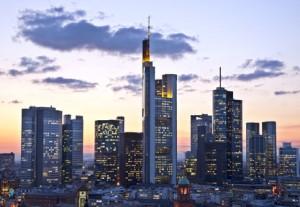 Frankfurter Bankenviertel in der Dämmerung - Das Trennbankensystem